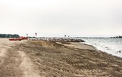 THEMENBILD - ein Rettungsboot der Strandrettung am Strand. Lignano ist ein beliebter Badeort an der italienischen Adria-Küste, aufgenommen am 15. Juni 2019, Lignano, Italien // a beach rescue lifeboat on the beach. Lignano is a popular seaside resort on the Italian Adriatic coast on 2019/06/15, Lignano Sabbiadoro, Italy. EXPA Pictures © 2019, PhotoCredit: EXPA/ Stefanie Oberhauser