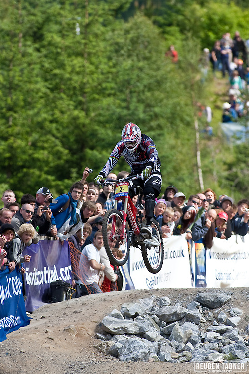 A massive leap by Greg Minnaar of South Africa secures him a win at Fort William.