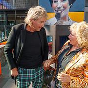 NLD/Hilversum/20181003 - Onthulling Mies Bouwman Totempaal, Matthijs van Nieuwkerk in gesprek met Gerti Bierenbroodspot