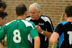 27-10-2012 VOLLEYBAL: VV ALTERNO - E DIFFERENCE SSS: APELDOORN<br /> Eerste divisie A mannen - Alterno wint met 4-0 van SSS / Trainer coach Klaas Kunst in de Time out<br /> ©2012-FotoHoogendoorn.nl