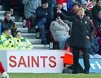 Photograph: Scott Heavey.<br />Southampton v Portsmouth. FA Barclaycard Premiership. 21/12/2003.<br />Gordan Strachan barks orders