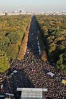 """13 OCT 2018, BERLIN/GERMANY:<br /> Uebersicht von der Siegessäule, Demonstration """"#unteilbar"""" - """"Solidaritaet statt Ausgrenzung - fuer eine offene und freie Gesellschaft"""", Gertraudenstrasse / Strasse des 17. Juni<br /> IMAGE: 20181013-01-038<br /> KEYWORDS: Übersicht, Demo"""