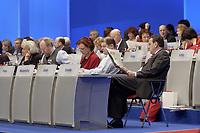 18 NOV 2003, BOCHUM/GERMANY:<br /> Gerhard Schroeder, SPD, Bundeskanzler, liest Zeitung, SPD Bundesparteitag, Ruhr-Congress-Zentrum<br /> IMAGE: 20031118-01-041<br /> KEYWORDS: Parteitag, party congress, SPD-Bundesparteitag, Gerhard Schröder