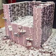 NLD/Amsterdam/20171207 - inloop The Roast of Giel Beelen,berg met papiergeld
