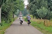 Nederland, Westerbeek, 15-8-2020 Twee oudere mensen rijden op een mooie en warme dag in de zomer op de fiets door het brabantse land . Foto: ANP/ Hollandse Hoogte/ Flip Franssen