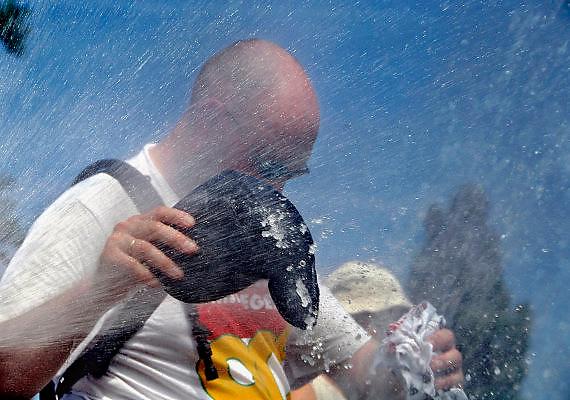 Nederland, Oosterhout, 18-7-2006..Verkoeling voor de lopers van de 4 daagse. Later werd in Nijmegen bekend dat er wandelaars overleden zijn, en werd het evenement voor het eerst in haar geschiedenis afgelast...Foto: Flip Franssen/Hollandse Hoogte