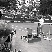 NLD/Hilversum/19900727 -Melkhuisje 1990  Emilio Sanchez - Tom Nijssen, fotograaf langs het centercourt