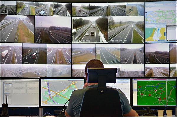 Nederland, Helmond, 25-3-2015Opening verkeerscentrale Zuid-Nederland en De Innovatiecentrale.Minister Schultz opent de nieuwe verkeerscentrale én De Innovatiecentrale van Rijkswaterstaat in Noord-Brabant. Met de Innovatiecentrale worden grote testen op de openbare weg met nieuwe slimme autotechnieken gefaciliteerd. Van hieruit worden alle incidenten die met de cameras te zien zijn behandeld en indien nodig aan de medewerkers op de weg doorgegeven. De matrixborden worden bediend en ze fungeren als meldcentrale.FOTO: FLIP FRANSSEN/ HOLLANDSE HOOGTE