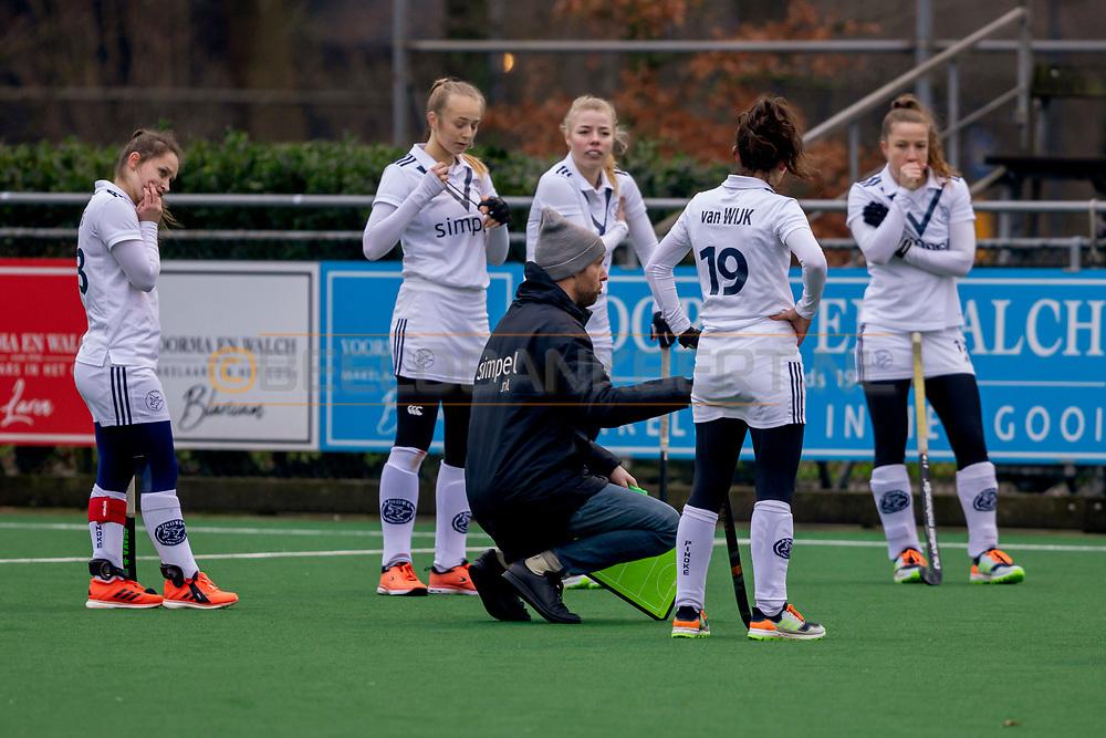 LAREN -  Hockey Hoofdklasse Dames: Laren v Pinoké, seizoen 2020-2021. Foto: Overleg met coach Daan Sabel (Pinoké)