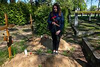 Bialystok, 09.05.2020. 75. rocznica zakonczenia II Wojny Swiatowej na cmentarzu zolnierzy radzieckich. Uroczystosc Dnia Zwyciestwa zostala zorganizowana przez Rosyjskie Stowarzyszenie Kulturalno-Oswiatowe. Ze wzgledu na epidemie koronawirusa w uroczystosci wzielo udzial kilkanascie osob. N/z mogila ekshumowanych w 2019 roku zolnierzy radzieckich fot Michal Kosc / AGENCJA WSCHOD