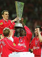 v.l.  Dietmar HAMANN, Emile HESKY , Markus BABBEL <br />         mit UEFA-Cup            Fu§ballspieler   FC Liverpool