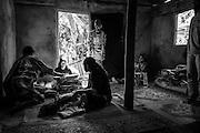 L'ensemble des entrées coutumières des clans alliés du père constitue un don conséquent. Les cérémonies sont suivies par une sérieuse comptabilité afin que la répartition vers les oncles maternels du défunt et le partage de retour vers les clans alliés du père soient équitables. - Tribu de Tendo - Hienghène - Nouvelle Calédonie - Aout 2013