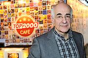 De complete lijst van de Radio 2 Top 2000 is bekend gemaakt in een speciale uitzending van het Radio 2-programma 'Tijd voor Twee Proeflokaal' van Frits Spits van 12.00 tot 14.00 uur in het Top 2000 cafe in beeld en geluid, Hilversum<br /> <br /> Op de foto:  Frits Spits voor het Top 2000 cafe