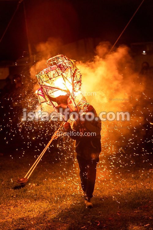 Tultepec, Estado de México. 25 julio 2021. Niño celebrando a Santiago Apóstol con un toríto pirotécnico. / Child in a religious celebration with a pyrotechnic torito.