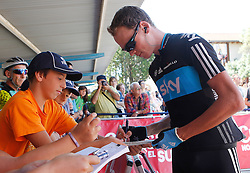 29.08.2011, Andalusien, ESP, LA VUELTA 2011, Stage 17, im Bild Christopher Froome with the fans during during the stage of La Vuelta 2011 between Faustino V and Pena Cabarga.September 7,2011. EXPA Pictures © 2011, PhotoCredit: EXPA/ Alterphoto/ Acero +++++ ATTENTION - OUT OF SPAIN/(ESP) +++++