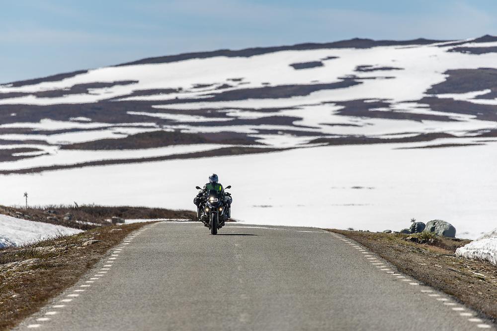 VILDMARKSVÄGEN JULI 2020<br /> Motorcyklist som passerar vid Stekenjokk-gruvan under helgens tur efter Vildmarksvägen.<br /> Foto: Per Danielsson/Projekt.P