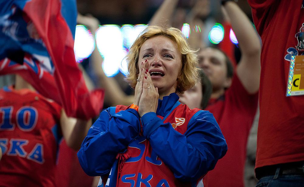 LONDRES; INGLATERRA - 12 DE MAYO: Aficionada del CSKA de Moscu rompe a llorar tras ganar su equipo al FC Barcelona Regal  en el O2 el 12 de Mayo de 2013 en Londres, Inglaterra.