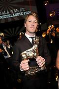 NFF - Nederlands Filmfestival - uitreiking van de Gouden Kalveren in Tivolli Utrecht.<br /> <br /> op de foto:  Winnaar Beste Acteur Gijs Naber met zijn gouden kalf voor zijn rol in de film Aanmodderfakker