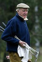 MOLENSCHOT - Marlof Strumphler als caddie voor kleinzoon Reinier Saxton.    Voorjaarswedstrijd golf 2003 op GC Toxandria. . COPYRIGHT KOEN SUYK