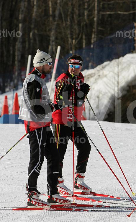 Sapporo , 260207 , Nordische Ski Weltmeisterschaft  Training Langlaeufer ,  Trond NYSTAD (NOR) und Bundestrainer Jochen BEHLE (GER) diskutieren