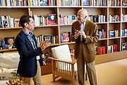 Gil Jacob en conversation avec le Scott Foundas devant le bibliothèque du café des palmes pendant le Festival de Cannes