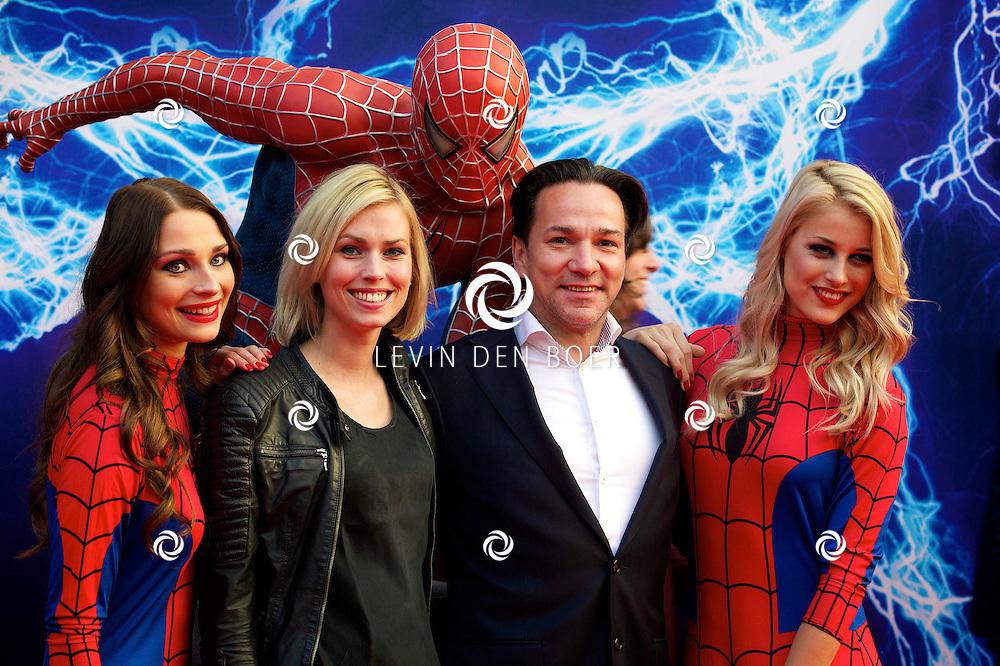 AMSTERDAM - Bij het Pathe ArenA Theater is de filmpremière van Spiderman II gehouden. Met hier op de foto  Spiros Chalos met partner Lisa Oostwoud. FOTO LEVIN DEN BOER - PERSFOTO.NU