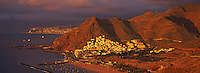 Espagne. Iles Canaries. Tenerife. Village de San Andres, plage de Las Teresitas et ville de Santa Cruz de Tenerife en arrière plan. // Spain. Canary islands. Tenerife. San Andres village and Las Teresitas beach.