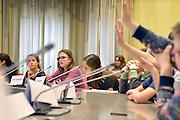 Nederland, Beuningen, 12-4-2016De kindergemeenteraad in aktie. Hiermee worden kinderen van de hoogste klassen van de basisschool in contact gebracht met het politieke spel  . De burgemeester zit de raadsvergadering voor.FOTO: FLIP FRANSSEN