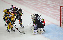 21.10.2016, Albert Schultz Halle, Wien, AUT, EBEL, UPC Vienna Capitals vs Dornbirner Eishockey Club, 12. Runde, im Bild Jerry Pollastrone (UPC Vienna Capitals), Kevin Schmidt (Dornbirner Eishockey Club) und Florian Hardy (Dornbirner Eishockey Club) // during the Erste Bank Icehockey League 12th Round match between UPC Vienna Capitals and Dornbirner Eishockey Club at the Albert Schultz Ice Arena, Vienna, Austria on 2016/10/21. EXPA Pictures © 2016, PhotoCredit: EXPA/ Thomas Haumer