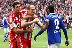 30-04-2011 VOETBAL: BAYERN MUNCHEN - FC SCHALKE 04: MUNCHEN<br /> Jubel nach dem tor zum 1-0 durch Arjen Robben (Bayern #10) mit Mario Gomez (Bayern #33)<br /> ***NETHERLANDS ONLY***<br /> ©2011- FotoHoogendoorn.nl-nph/ Straubmeier