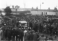 H927 The crowds who greeted Boxer Gene Tunney on his arrival in Dublin. Car passing through crowds. August 1928. (Part of the Independent Newspapers Ireland/NLI Collection)