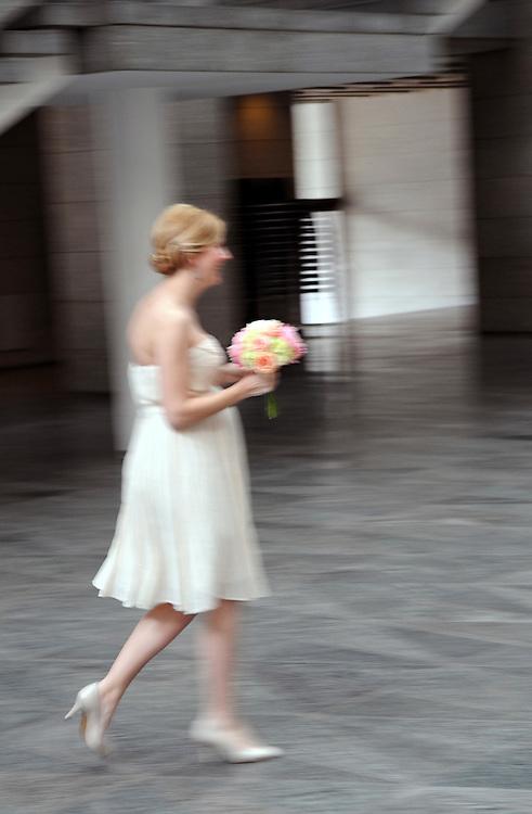 Deutschland, NRW, Köln, Im Standesamt Junge Braut mit Blumenstrauß |Cologne, marriage bride with floral bouquet of roses |