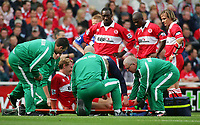 Fotball<br /> Premier League England 2004/2005<br /> Foto: SBI/Digitalsport<br /> NORWAY ONLY<br /> <br /> 25.09.2004<br /> <br /> Middlesbrough v Chelsea<br /> <br /> Middlesbrough's Ray Parlour is clearly in pain as he is lifted onto a stretcher after a crunching challenge.