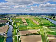 Nederland, Noord-Brabant, Gemeente Waspik, 14-05-2020; Overdiepsche polder (Overdiepse Polder) met Oude Maasje. In het kader van het programma 'Ruimte voor de Rivier' (bescherming tegen hoogwater door rivierverruiming), is de dijk langs de Bergsche Maas (rechts in beeld) verlaagd. Bij hoogwater kan de Overdiepse polder overstromen. De boerderijen in de polder zijn gesloopt en verplaatst naar de dijk van het Oude Maasje. De nieuwe boerderijen met bijgebouwen staan op terpen.<br /> Depoldering of Overdiep Polder, farms are relocated and built on mounds. This makes it possible for the river to overflow the polder in case of heigh waters.<br /> <br /> luchtfoto (toeslag op standard tarieven);<br /> aerial photo (additional fee required);<br /> copyright foto/photo Siebe Swart