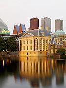 Het Mauritshuis en het Torentje van de premier van Nederland aan de Hofvijver, Den Haag 2014 - Art museum The Mauritshuis and Het Torentje, official office of the Prime Minister of the Netherlands at tthe Hofvijver, The Hague, Netherlands 2014