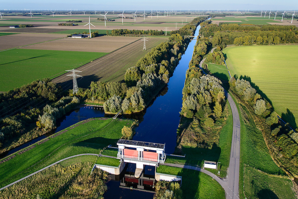 Nederland, Flevoland, Zeewolde, 24-10-2013. Hoge Knarsluis in de Knardijk voor het water van de Hoge Vaart.<br /> Sluice near Zeewolde in the Flevoland polder for flood protection and flood.<br /> luchtfoto (toeslag op standaard tarieven);<br /> aerial photo (additional fee required);<br /> copyright foto/photo Siebe Swart.<br /> luchtfoto (toeslag op standaard tarieven);<br /> aerial photo (additional fee required);<br /> copyright foto/photo Siebe Swart.