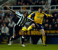 Fotball<br /> England 2004/22005<br /> Foto: SBI/Digitalsport<br /> NORWAY ONLY<br /> <br /> Newcastle United v Southampton<br /> Barclays Premiership, 15/01/2005.<br /> <br /> Southampton's Rory Delap (R) challenges Newcastle's Patrick Kluivert for possession.