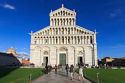 THEMENBILD - Der Turm war als freistehender Glockenturm (Campanile) für den Dom in Pisa geplant. 12 Jahre nach der Grundsteinlegung am 9. August 1173, als der Bau bei der dritten Etage angelangt war, begann sich der Turmstumpf in Richtung Südosten zu neigen. Daraufhin ruhte der Bau rund 100 Jahre. Die nächsten vier Stockwerke wurden dann mit einem geringeren Neigungswinkel, als den bereits bestehenden gebaut, um die Schieflage auszugleichen. Danach musste der Bau nochmals unterbrochen werden, bis 1372 auch die Glockenstube vollendet war. Hier im Bild Westfassade des Dom. Aufgenommen am 17. Oktober 2015 // The Leaning Tower of Pisa (Italian: Torre pendente di Pisa) or simply the Tower of Pisa (Torre di Pisa) is the campanile, or freestanding bell tower, of the cathedral of the Italian city of Pisa, known worldwide for its unintended tilt. It is situated behind the Cathedral and is the third oldest structure in Pisa's Cathedral Square (Piazza del Duomo) after the Cathedral and the Baptistery. The tower's tilt began during construction, caused by an inadequate foundation on ground too soft on one side to properly support the structure's weight. The tilt increased in the decades before the structure was completed, and gradually increased until the structure was stabilized (and the tilt partially corrected) by efforts in the late 20th and early 21st centuries. Pictured on October 17. 2015 in Pisa, Italy. EXPA Pictures © 2015, PhotoCredit: EXPA/ Johann Groder