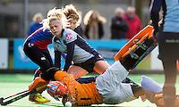 BILTHOVEN - HOCKEY - Roos Drost, aanvaller van SCHC , op de achtergrond, ziet met keeper Joyce Sombroek van Laren en  verdediger Jet de Graeff van Laren de bal voorlangs gaan, tijdens de hoofdklasse competitiewedstrijd tussen de dames van SCHC en LAREN (2-2). COPYRIGHT KOEN SUYK