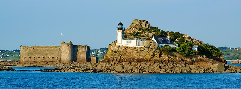 France, Finistère (29), Baie de Morlaix, île Louet et son phare et le Château du Taureau construit par Vauban au XVIIe siècle // France, Briitany, Finistere, light house on Louet island and Taureau castle