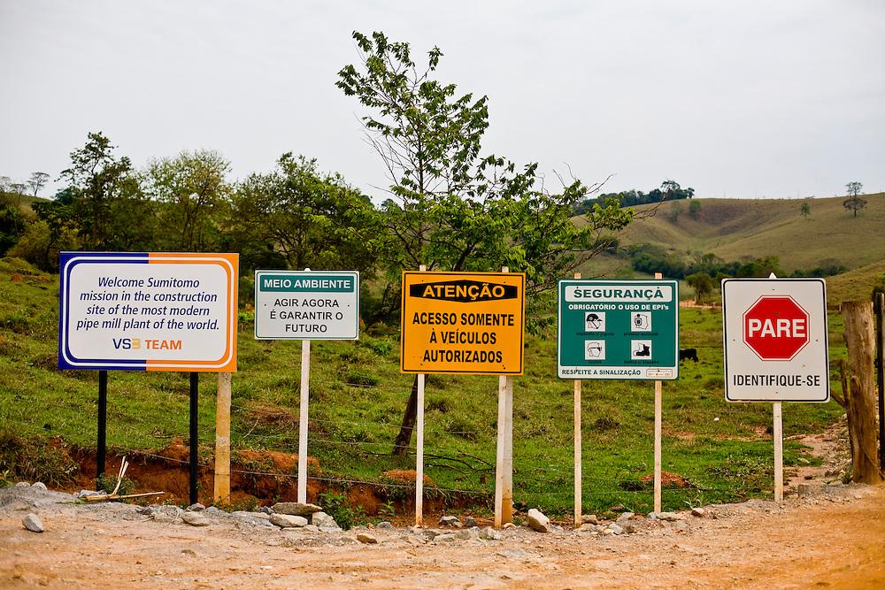 Jeceaba _ MG, Brasil...Placas em uma paisagem rural em Jecaba...Signs in the rural landscape in Jeceba...Foto: JOAO MARCOS ROSA / AGENCIA NITRO