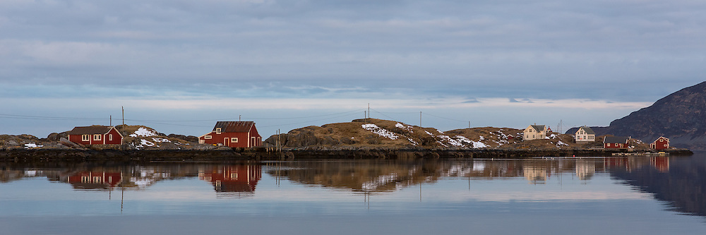 Flåvær is a small group of islets and rocks in Herøyfjord in the municipality Herøy, located in the county Sunnmøre at the west coast of Norway. It includes the island Flåvær, Husholmen, Torvholmen and Varholmen. The archipelago was inhabited until the mid 1980's  <br /> Flåvær er en liten gruppe med holmer og skjær i Herøyfjorden i Herøy på Sunnmøre, og omfatter holmene Flåvær, Husholmen, Torvholmen og Varholmen. Øygruppa var bebodd til midt på 1980 tallet.
