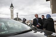 Décembre 2017. Kosovo : 10ème anniversaire de l'indépendance. Podujevo. Prière du vendredi dans l'une des mosquées de Podujevo, située au nord près de la frontière serbe. L'imam albanais Bekim Jashari, 43 ans, échange avec une mère de famille de ses difficultés sociales à la sortie de la prière du vendredi qu'il vient d'animer à Podujevo, située au nord près de la frontière serbe. L'imam est engagé contre la radicalisation dans son pays qui a vu 300 albanais du Kosovo aller se battre en Syrie. En 2015, il a créé le site Internet Foltash qui œuvre contre les fake news de radicaux musulmans. « Je suis optimiste pour le futur, l'extrémisme ne passera pas » dit-il..