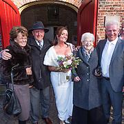 NLD/Laren/20130103 - Huwelijk Laura Ruiters, bruid Laura Ruiters en partner en wederzijdse ouders