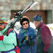 AUT/Lech/19940209 - Koninging Beatrix in Lech Oostenrijk in de sneeuw