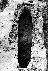 Reportage sul comune di Alessano per il progetto propugliaphoto..Antichi scavi nella pietra calcarea ha forma di tombe..Macurano è un villaggio rupestre considerato un luogo di scambio e commercio, simbolo della cultura dell'olio per la presenza ad oggi di alcune tracce nelle grotte e di frantoi funzionanti nella zona. L'insediamento è caratterizzato da una serie di grotte sia naturali che scavate nel calcare, cisterne per la raccolta dell'acqua, sistemi di canalizzazione che scendono da Montesardo, viottoli, scalette e vie più larghe con antiche tracce di carri..Si ritiene che in questo sito, un vero e proprio centro abitato ben organizzato distante circa quattro km dalla costa, i monaci basiliani scappati dall'oriente in seguito alla lotta iconoclasta, trovarono rifugio e si dedicarono all'agricoltura..L'area del villaggio rupestre fu sicuramente sfruttata in epoche successive, lo prova l'esistenza di ben tre masserie di cui una fortificata e i resti di una serie di costruzioni che fanno parte dei numerosi esempi di architettura rurale presenti in questo territorio. .Il complesso masserizio, denominato Macurano, edificato probabilmente nel Cinquecento include la Masseria di Santa Lucia e la cappella di Santo Stefano. La Masseria è dominata dal nucleo originario, ovvero dalla torre cinquecentesca coronata da beccatelli a sostegno del parapetto aggettante del terrazzo sommitale.
