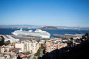 Een cruise ligt in de Baai van San Francisco. De Amerikaanse stad San Francisco aan de westkust is een van de grootste steden in Amerika en kenmerkt zich door de steile heuvels in de stad.<br /> <br /> A cruise in the San Francisco Bay. The US city of San Francisco on the west coast is one of the largest cities in America and is characterized by the steep hills in the city.