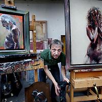 Nederland, Amsterdam , 26 juni 2014.<br /> Tekenaar en kunstschilder Sam Drukker in zijn atelier.<br /> ONKOSTEN: parkeerautomaat € 3,00<br /> Reiskosten: 30 km x € 0,19= € 5,70<br /> Totaal:  € 8,70<br /> Foto:Jean-Pierre Jans