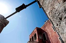 """""""Sorge in agro di Monopoli, poco distante dal mare, il complesso della Masseria Spina Piccola e Spina Grande, strutture rurali tra loro collegate afferenti a modelli tipologici diversi.?Masseria Spina Piccola e' una torre-masseria del XVI secolo con evidente funzione difensiva come dimostrano le caditoie ed il coronamento decorato da beccatelli.?Varcato lo spesso muro di cinta, una scalinata conduce ad un ponte in muratura utilizzato in passato come ponte levatoio. Una lama naturale separa la torre difensiva da Spina Grande, elegante esempio di villa-masseria edificata nel XVII secolo. ?Costruita su tre livelli, presenta al pian terreno gli ambienti un tempo utilizzati come stalle, al piano superiore l'abitazione del colono e all'ultimo piano l'abitazione padronale.?Sono del '700 la scenografica scalinata a doppia rampa ed il loggiato a tre archi. Poco piu in la, racchiusi dal grande cortile lastricato, l'ovile, le stalle, la cappella con motivi tardo barocchi ed il frantoio del XVI secolo derivante dalla trasformazione degli ambienti rupestri dislocati lungo la lama."""" (descrizione tratta dal sito della Masseria Spina)."""