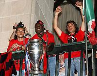 Milano 24 maggio 2007<br /> Marek Yankoulovski, Clarence Seedorf e Andrea Pirlo festeggiano la coppa Campioni davanti ai tifosi milaniosti in piazza Duomo a Milano<br /> Foto Inside/Paco Serinelli